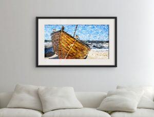 Fine-ART PRINT Fotomosaik-Poster mit Boot über Couch