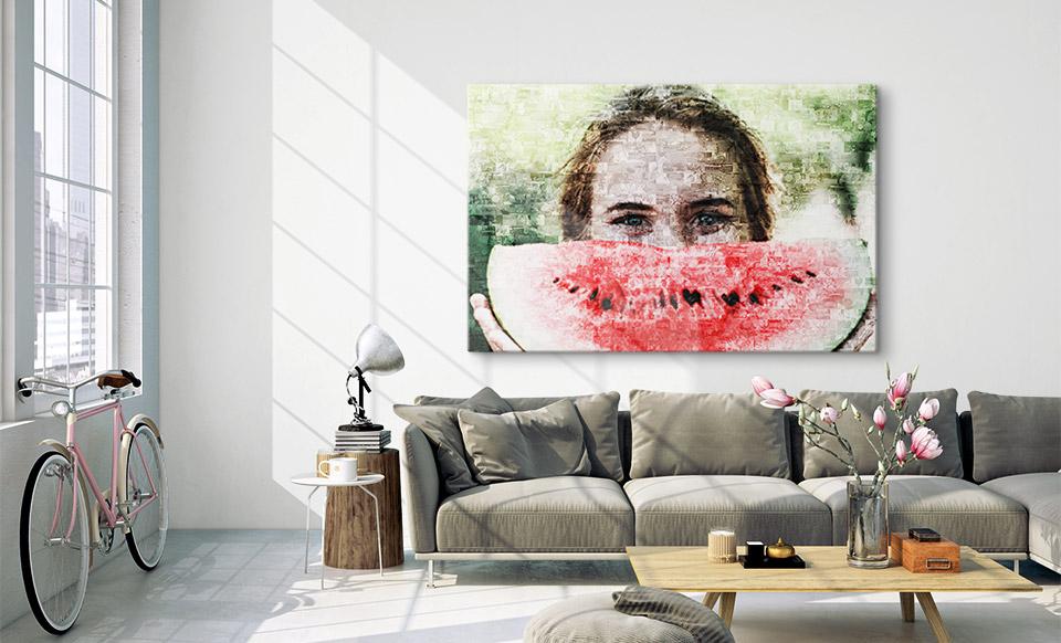 Mosaikbild aus Fotos über dem Sofa
